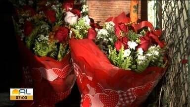 Flores estão entre as opções mais comuns para presentear no dia dos namorados - Muitas pessoas ainda estão a procura daquele presentinho especial.
