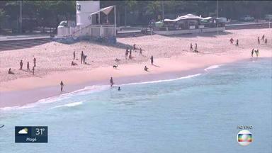 Praias recebem banhistas no feriadão, apesar da restrição - Estão liberados esportes nas praias, mas ficar na areia tomando sol não é permitido.