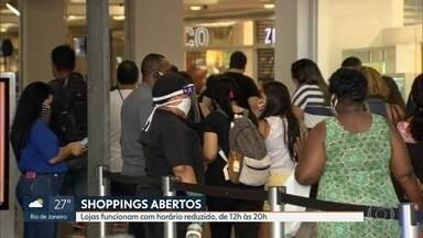Rio registra grande movimentação em shoppings neste sábado (13) - Este é o primeiro final de semana com shoppings funcionando. As lojas funcionam em horários reduzidos. Confira a movimentação.