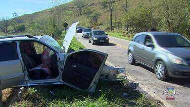 Três pessoas ficam feridas em acidente na SP-50 em São José dos Campos - Colisão frontal deixou vítimas presas nas ferragens