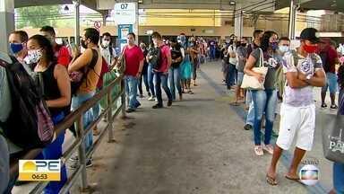 Reabertura do comércio de bairros causa impacto no transporte público do Grande Recife - Ônibus saíram cheios dos Terminais Integrados e trens partiram com atraso no Metrô, na manhã desta segunda (15).