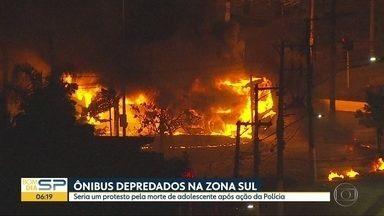 Manifestantes protestam após morte de adolescente - Ônibus foram queimados e depredados na zona sul. Morte é investigada.