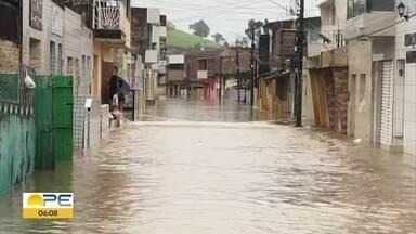 Barragem rompe no Agreste de Pernambuco, inunda ruas e famílias são retiradas - Toda a água chegou na cidade vizinha, Barra de Guabiraba.