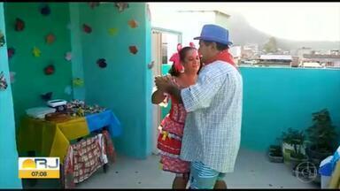 """Você na quarentena: Telespectadores improvisam festa junina em casa - Fátima Menezes e o esposo providenciaram um """"arraiá"""" no dia de Santo Antônio. Prepararam comidas típicas e aproveitaram para comemorar os 40 anos de casamento."""