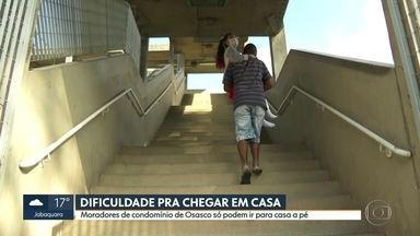 Moradores de condomínio em Osasco relatam dificuldades para acessar prédio - Moradores falam que só conseguem chegar aos apartamentos a pé. Ambulâncias não conseguem acessar o local. Trajeto é de quase 2 km.