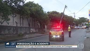 Bandidos tentam fugir da polícia, mas carro bate em poste, em Contagem - Dois homens foram presos com uma réplica de arma e materiais roubados.