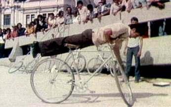 Cariocas assitem a um show de equilibrismo no Centro do Rio - Em plena Av Presidente Vargas, os cariocas puderam assitir ao show de um malabarista de bicicleta. O ciclista é um mineiro da cidade de Rio Pomba. As bicicletas têm três metros de altura.