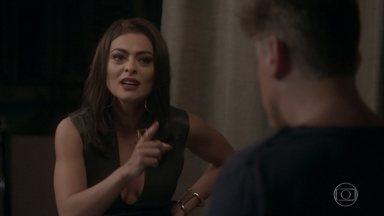 Carolina vai à casa de Arthur tirar satisfações - A jornalista pensa que foi uma vingança por causa do vídeo do cachorrinho. Eliza exige saber o que aconteceu. Arthur se defende e diz que não faria nada para prejudicar a amada