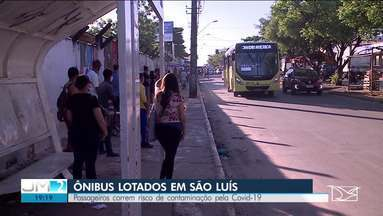 Passageiros correm risco de contaminação pela Covid-19 em transportes públicos em São Luís - Número de passageiros aumentou nos últimos dias. Tanto as empresas de transportes quanto a Secretaria Municipal de Trânsito e Transporte (SMMT) parecem não ter uma solução para o problema da aglomeração nos coletivos.