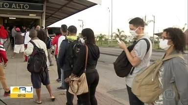 Passageiros enfrentam filas e aglomeração na estação BRT Mato Alto - Passageiros reclamam da aglomeração nas estações do BRT.