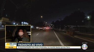 Começo de quinta-feira nas ruas da capital - Equipes circulam por São Paulo.
