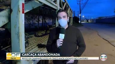 Carroceria de caminhão está abandonada há anos em canteiro - Carcaça foi jogada no Setor de Postos e Motéis, perto da Candangolândia.