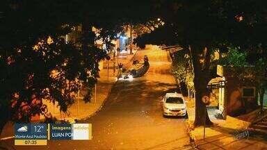 Carro capota após colisão no Jardim Paulista em Ribeirão Preto, SP - Cruzamento recentemente passou por recapeamento, mas está se sinalização.