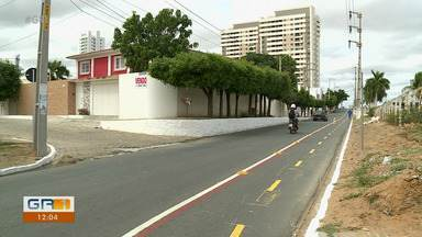 Trecho da Avenida José Theodomiro de Araújo virou mão única no sentido atrás da banca-orla - Mudança foi para a criação de uma ciclofaixa.