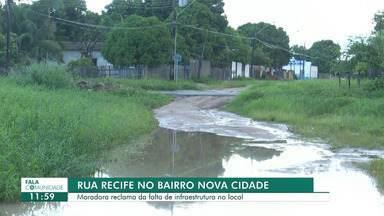 Moradores da rua Recife no bairro Nova Cidade cobram melhorias no local - Lixo acumulado em bueiro impede escoamento de água quando chove.