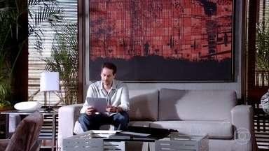 Paulo decide que a Fio Carioca fará a nova coleção desenhada por Esther - Vanessa e Márcia comemoram