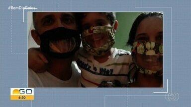 Família usa máscaras transparentes para se comunicar com jovem surda, em Goiânia - Acessório facilita a leitura labial e, consequentemente, a comunicação com ela.