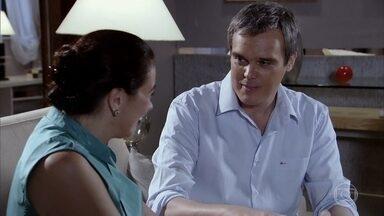 René e Griselda conversam sobre o restaurante - O chef espera por um investidor, e a milionária tenta acalmá-lo. Enquanto isso, Gigante pede que um amigo apareça como investidor no lugar de Griselda e, ao saber o quem é o chef, aceita na hora