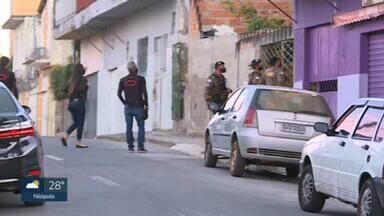 MP faz buscas em Minas Gerais em endereços ligados a Fabrício Queiroz - Fabrício Queiroz, que é ex-assessor do senador Flávio Bolsonaro, está preso no Complexo Penitenciário de Bangu desde a semana passada.
