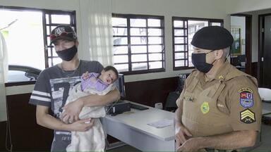 PM salva bebê de 48 dias que estava engasgada em Londrina - Pai tentou ajuda de amigos e procurou até posto de saúde, que estava fechado. Acabou encontrando a mão salvadora na base da PM em Londrina
