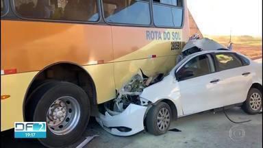 Acidente entre ônibus e carro provoca duas mortes na BR-040 - Segundo testemunhas, o motorista do carro foi fechado por um caminhão e atingiu a traseira do ônibus, que estava parado por causa de um problema mecânico. Duas mulheres, que estavam no carro, morreram no local.