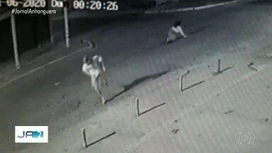 Jovem é preso suspeito de matar a ex-namorada a facadas, em Goiânia - Em depoimento, um morador da região contou que ouviu a vítima pedindo para não morrer. Crime foi filmado por câmeras de monitoramento.