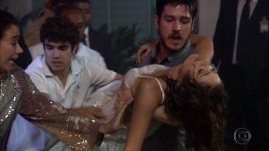 Rafael resgata Amália - O rapaz sai da mansão com a filha de Griselda nos braços. Crô se emociona com o resgate. Tereza Cristina faz um comentário cínico