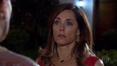 Griselda dá um banho em Tereza Cristina - A nova milionária não suporta o cinismo da rival e acaba perdendo a paciência