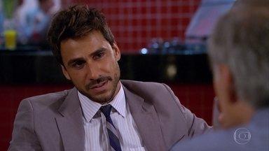 Enzo tenta seduzir Barinski - O malandro volta a falar nas peças valiosas e pede para ir até o antiquário de Barinski