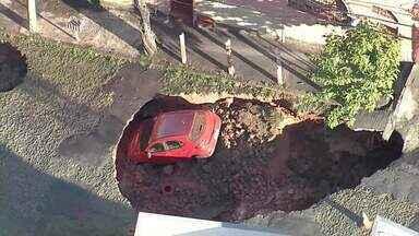 Veja momento em que cratera se abre ainda mais no bairro Santa Tereza, em Belo Horizonte - Cratera 'engoliu' um carro. Não houve feridos.