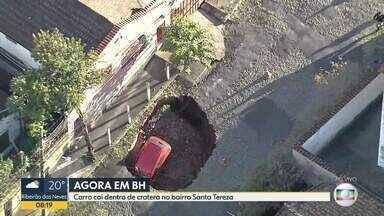 Cratera engole carro na região Leste de BH - De acordo com a Polícia Militar houve o rompimento de uma adutora.