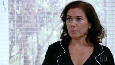 Griselda sugere que Amália se case - Depois de flagrar Rafael saindo do quarto da filha, a milionária reconhece o amor do casal. Deborah se empolga com a ideia