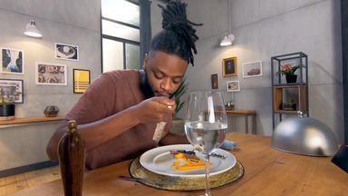 Picanha de pato com jiló ao mel e purê de abóbora ao curry - Josh é dançarino e se alimenta muito mal. Além de fast food, come basicamente arroz e carne ou estrogonofe. Claude e Batista preparam picanha de pato com jiló ao mel e purê de abóbora.
