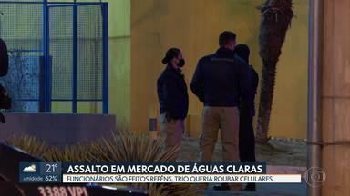 Trio invade mercado e faz funcionários reféns em Águas Claras - Segundo a polícia, eles queriam uma carga de de celulares que estava para chegar. Um adolescente foi apreendido e dois homens presos.