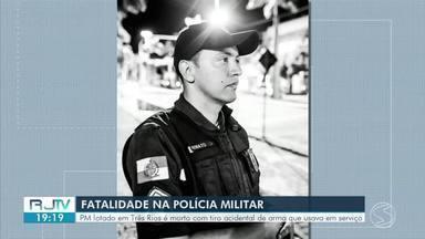 Sargento da PM morre com tiro acidental da própria arma em Três Rios - Acidente aconteceu quando Renato Onísio dos Santos, de 38 anos, deixou a pistola cair no chão ao sair da viatura e o tiro atingiu a cabeça do policial.