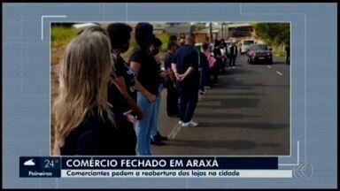 Comerciantes realizam manifestação em Araxá - Eles pedem a reabertura das lojas no município; ato foi realizado nesta segunda-feira (29).