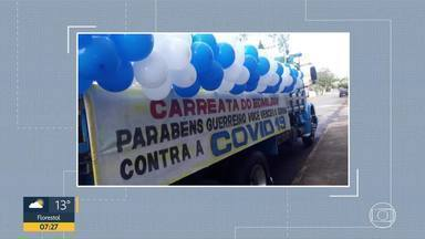 Caminhoneiro com Covid-19 ganha homenagem de aniversário - Em Araçuaí, paciente que venceu o novo coronavírus tem alta e também é homenageado.