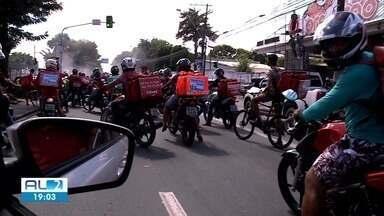 Entregadores de aplicativo fazem protesto em Maceió - Trânsito na Fernandes Lima ficou bloqueado em um dos sentidos.