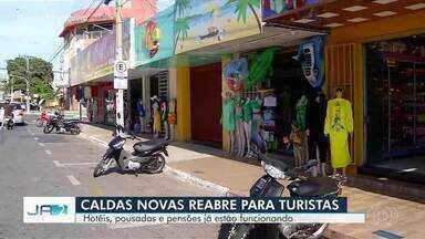Caldas Novas retoma o turismo na cidade mesmo com o governo orientando o fechamento - Primeiro dia após a reabertura foi tímido no comércio.