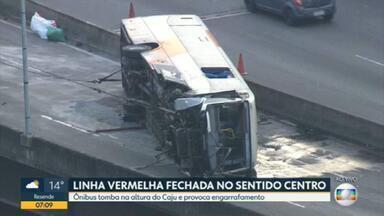 Equipes tentam retirar ônibus que tombou na Linha Vermelha - O acidente aconteceu no início da manhã desta quinta-feira (2) na pista sentido Centro, altura do Caju.