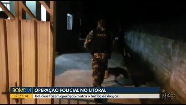 Policiais fazem operação contra o tráfico de drogas no Litoral - Equipes estão desde a madrugada fazendo buscas e apreensões em várias casas no Litoral do estado.