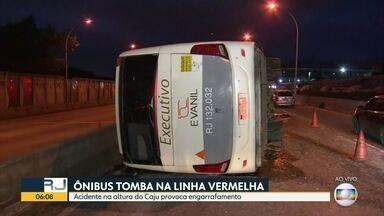 Acidente deixa o trânsito caótico na linha vermelha - Ônibus tombou na Linha Vermelha , sentido centro pista foi bloqeada e complicou o trânsito nesta manhã no Rio. Helicóptero mostra o enorme engarrafamento que se formou no começo da manhã Avenifda Brasil também está engarrafada