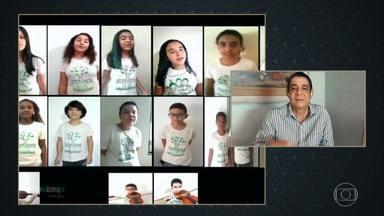 Alunos da escola de música de Zeca Pagodinho homenageiam o sambista - Zeca se emociona com ao ver seus alunos de Xerém