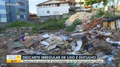 Moradores da comunidade do Borel reclamam de acúmulo de lixo em via pública - Segundo eles, muita gente sai de outros bairros para despejar entulho no local, de forma irregular.