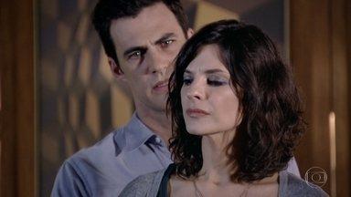 Letícia vê Juan e Chiara abraçados - A professora fica arrasada imaginando o pior. Chiara afirma que não quer prejudicar a vida de Juan, mas o ex-modelo insiste em apoiar a mãe de Fábio