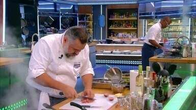 Chefs encaram o desafio do dia e preparam 'pratos feitos' - Chefs começam a competição na repescagem