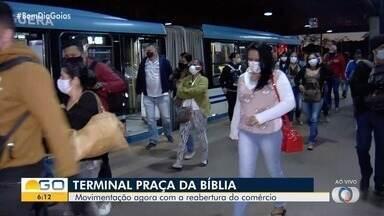Veja movimento no Terminal Praça da Bíbila, em Goiânia - Volta no funcionamento do comércio pode aumentar fluxo de passageiros.