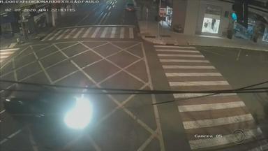 Morre motociclista que foi arremessado em colisão com carro em Ourinhos - Câmeras flagraram o acidente em cruzamento e imagens mostram que o semáforo estava verde para o motorista do carro quando o motociclista avançou o sinal vermelho.