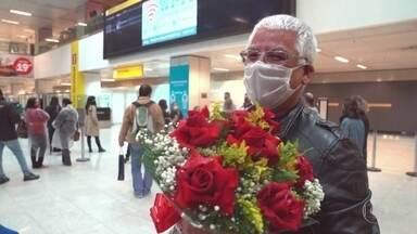 Depois de quatro meses de espera, quase 400 turistas e estudantes chegam a SP - Por causa da pandemia, eles não tinham como sair do Canada, como mostra a reportagem de Erik Von Poser, do Profissão Repórter.