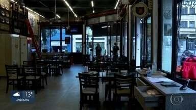 Bares, restaurantes e salões de beleza voltam a funcionar na próxima semana - Na região metropolitana, depois de uma semana na Fase Amarela, finalmente os bares, restaurantes e salões de beleza poderão voltar a funcionar na segunda (6). Os protocolos serão assinados no sábado. Mas com regras rígidas e limite de horário.